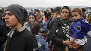 گروهی از آوارگان در مرز یونان و مقدونیه