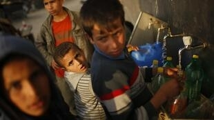 Des Palestiniens se fournissent en eau à une source publique de Beit Lahiya, dans le nord de Gaza, le 25 février 2014.