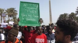Estudantes saíram às ruas no Senegal em protesto contra a violência da polícia.