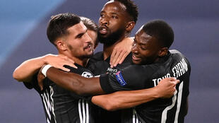 Les Lyonnais réunis autour de Moussa Dembélé, auteur d'un doublé face à Manchester City, le 15 août 2020.