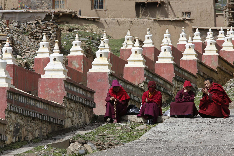 Các nhà sư Tây Tạng biểu tình tại cổng vào tu viện Dzamthang Jonang, nơi người phụ nữ Tây Tạng Kalkyi tự thiêu phản đối Trung Quốc tại Barma, ngày 16/05/2013.