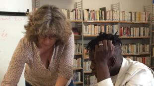 A la bibliothèque municipale Couronnes, les bénévoles de l'association Paris d'exil donnent des cours de français aux mineurs isolés.