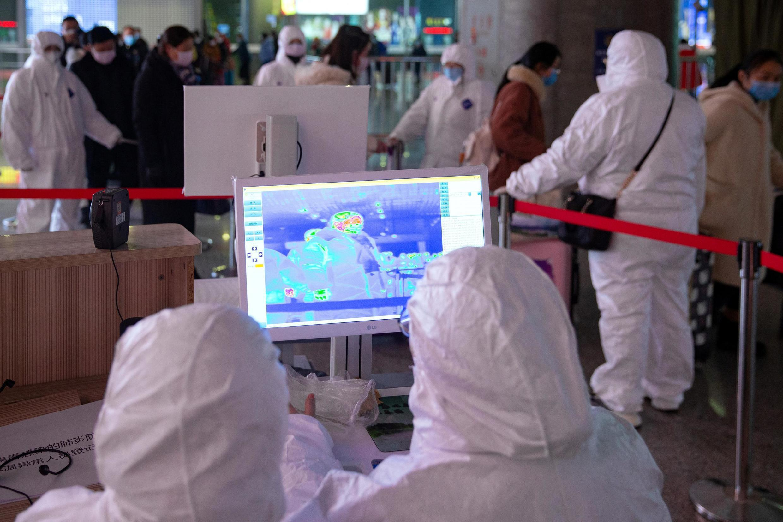 安全人員在南京火車站觀察熒屏上顯示的旅客體溫曲線