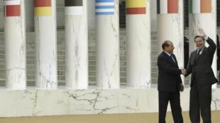 El entonces canciller alemán, Gerhard Schroeder, recibido por el primer ministro italiano, Silvio Berlusconi (izq), el 4 de octubre de 2003 en Roma para la sexta cumbre de gobernantes de la UE desde su fundación en 1957
