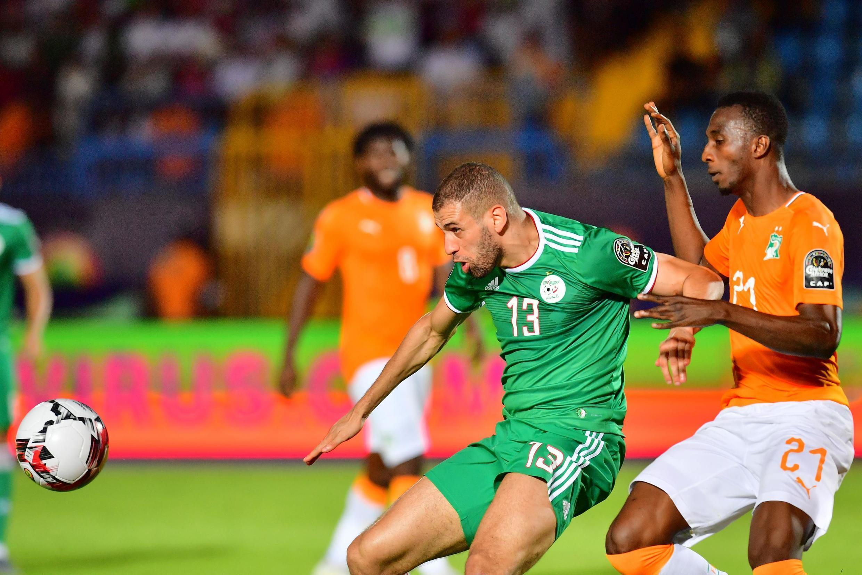L'Algérien Islam Slimani, face à l'Ivoirien Cheikh Comara lors de la CAN 2019.