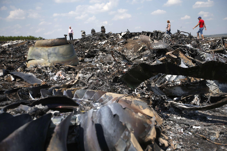 Destroços do voo MH17 da Malaysia Airlines, que caiu na última quinta-feira em Grabova, no leste da Ucrânia.