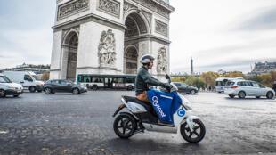 Après un an d'existence, les Cityscoot font déjà partie du paysage parisien, ici, près de l'Arc de Triomphe /