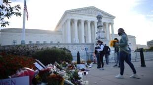 Depuis le décès de Ruth Bader Ginsburg, de nombreuses personnes se sont rassemblées devant la Cour suprême à Washington, le 19 septembre 2020, pour lui rendre hommage.