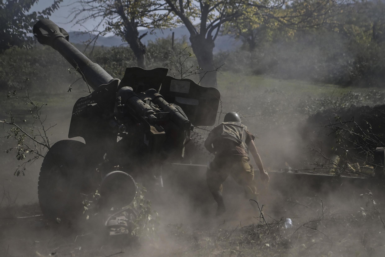 Un soldado armenio dispara artillería en la línea del frente el 25 de octubre de 2020, durante enfrentamientos entre fuerzas armenias y azerbaiyanas en la región separatista de Nagorno-Karabaj