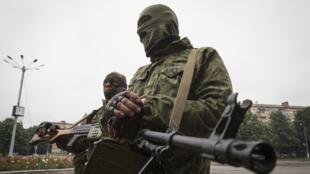 Des séparatistes pro-Russes dans les rues de Snizhnye, dans l'est de l'Ukraine, le 12 juin 2014.