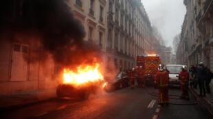 Bombeiros foram acionados após manifestantes terem incendiado carros na região central de Paris.
