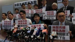香港民主派成员在围绕引渡法案召开的新闻发布会上抗议示威 2019年6月10日