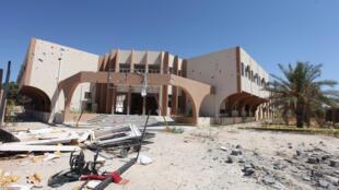 Prédio que era usado como proteção pelos terroristas do grupo Estado Islâmico antes de serem expulsos pelas forças pró-governo líbio, em Sirte.