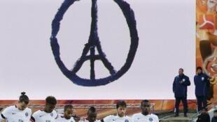 Jogadores do Paris Saint-Germain respeitaram um minuto de silêncio antes do início da partida contra o Lorient neste sábado (21).