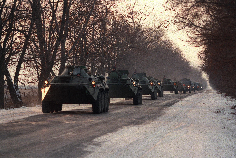 Колонна российских военных движется в сторону границы с Чечней (100 километров западнее от Грозного), 7 декабря 1994.