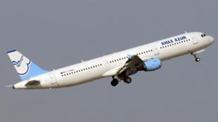 Un Airbus A321 de la compagnie Aigle Azur au décollage en 2011.