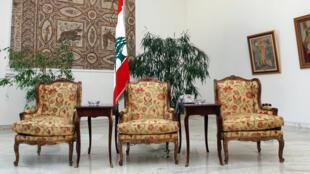 Au centre, devant le drapeau national, la chaise vacante du président du Liban. Palais présidentiel de Baabda, au sud-est de Beyrouth, le 21 mai 2008.