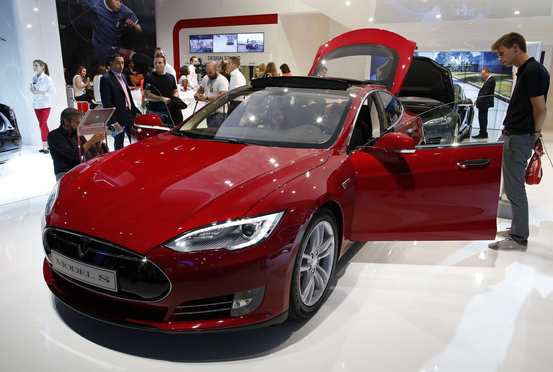 Parmi les nombreux véhicules électriques, les visiteurs du Salon de l'automobile de Paris pourront découvrir la Tesla Model S.