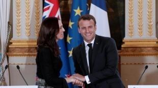 """A primeira-ministra da Nova Zelândia, Jacinda Ardern, e o presidente francês, Emmanuel Macron, durante coletiva de imprensa sobre o """"Apelo de Christchurch""""."""