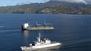 Фрегат ВМС Франции конвоирует сухогруз с 4 тоннами кокаина вблизи Фор-де-Франс 24 ноября 2006
