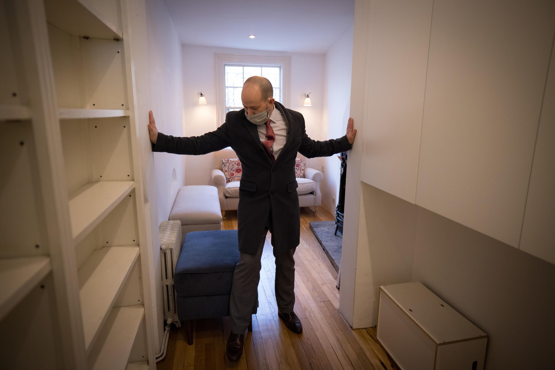 El agente inmobiliario David Myers muestra la que es considerada la más estrecha casa de Londres, el 5 de febrero de 2021