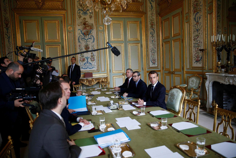 """Abertura da reunião de emergência convocada por Macron no Palácio do Eliseu, devido à crise de """"coletes amarelos"""" neste domingo, 2 de dezembro de 2018."""