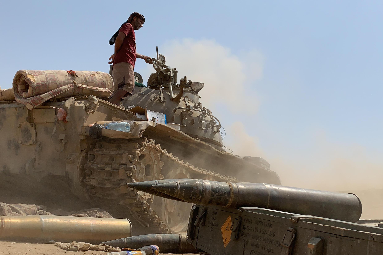 Un combatiente leal a los separatistas del Consejo de Transición del Sur de Yemen combate contra las fuerzas gubernamentales por el control de Zinjibar, capital de la provincia de Abyan, el 23 de mayo de 2020