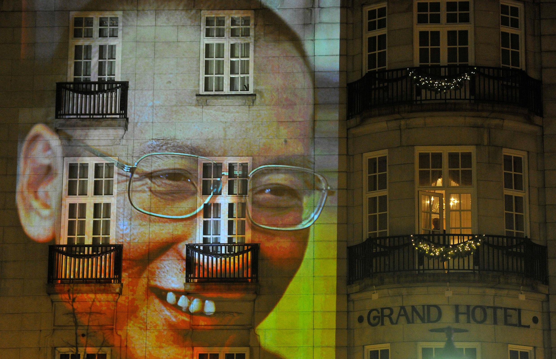 2010年12月10日,挪威奥斯陆诺贝尔和平奖颁奖仪式期间,奥斯陆街头建筑上的刘晓波肖像投影。