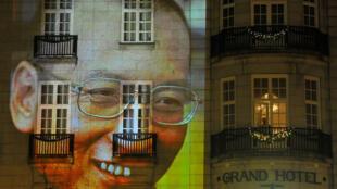 2010年12月10日,奧斯陸街頭建築上缺席奧斯陸諾貝爾獎頒獎儀式的劉曉波肖像投影。