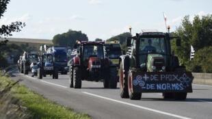 Le 2 septembre 2015, des agriculteurs se dirigent avec leurs tracteurs vers la capitale pour la manifestation prévue ce jeudi 3 septembre.