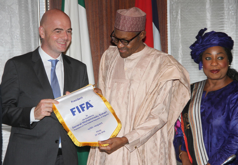 Le président de la Fifa Gianni Infantino (à gauche) avec le président du Nigeria Mohammadu Buhari et la Secrétaire générale de la Fifa Fatma Samoura.