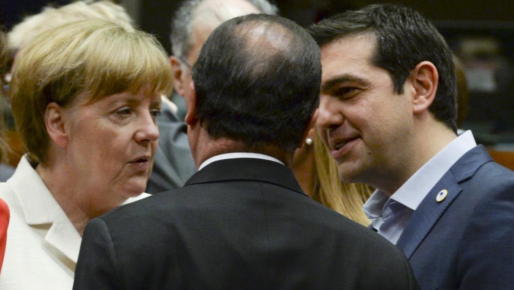 Alexis Tsipras (d) conversa com Angela Merkel e François Hollande