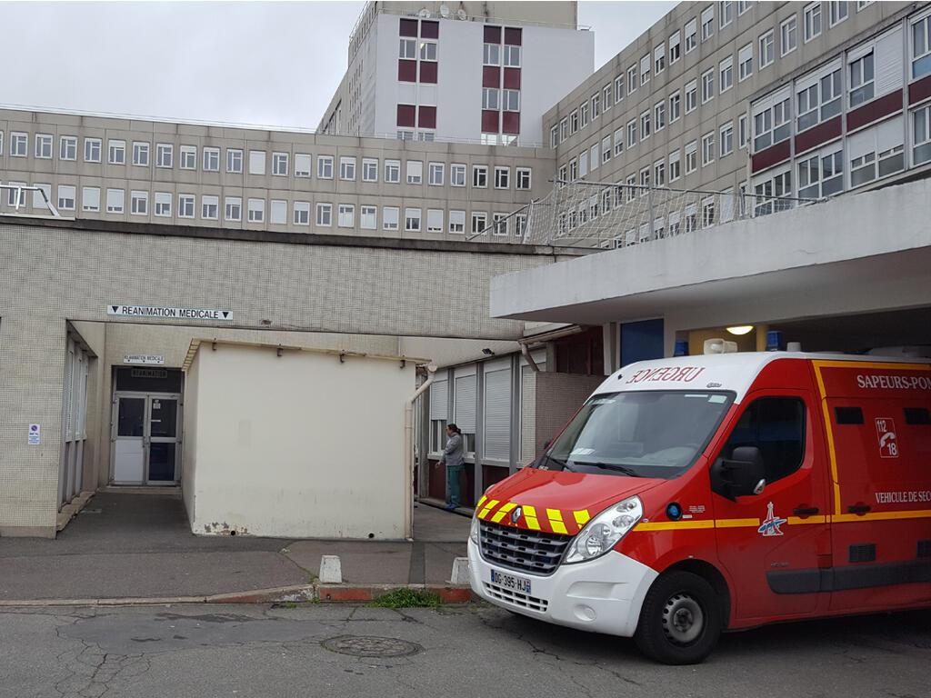 Вход в отделение реанимации в больнице под Парижем