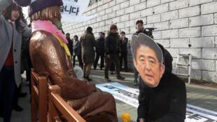 釜山日本总领事馆前设置慰安妇少女塑像