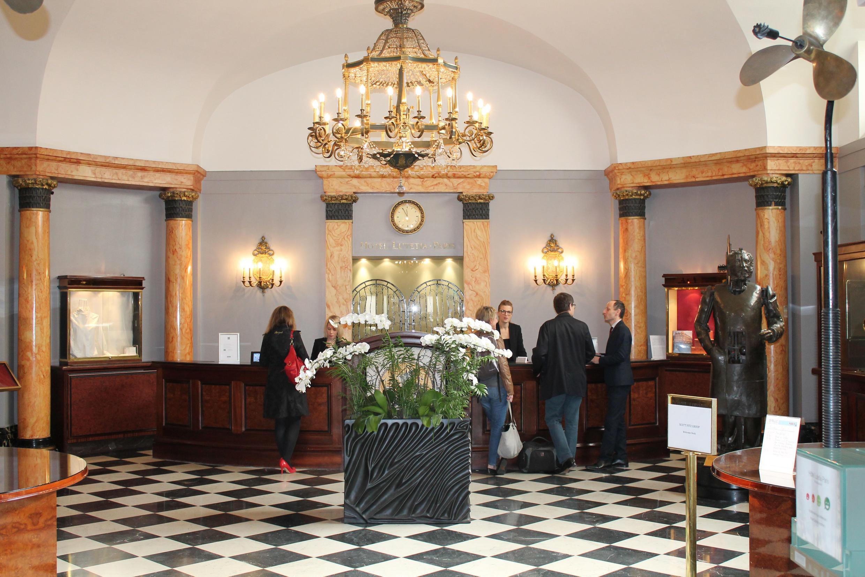 Холл гостиницы был в 1985 году обновлен по проекту знаменитого модельера Сони Рикьель (Sonya Rykiel)