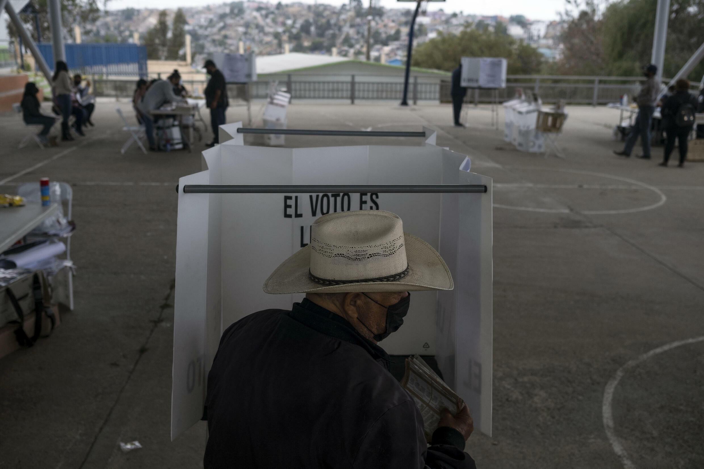 Un hombre vota en una urna durante las elecciones de medio mandato en Tijuana, México, el 6 de junio de 2021.