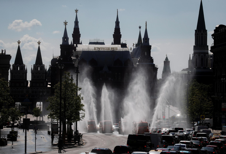 Россия объявила о высылке двух сотрудников посольства Чехии в Москве.