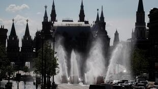 Des véhicules aspergent les rues de Moscou de désinfectant le 28 mai 2020.