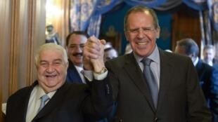 O chanceler russo Serguei Lavrov (à dir.) e o chanceler Walid al-Moualem antes do encontro desta sexta-feira, em Moscou.