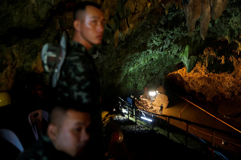 Soldados y socorristas trabajan arduamente en la cueva Tham Luang para encontrar a los 12 niños y a su profesor. Tailandia, 1 de julio de 2018.