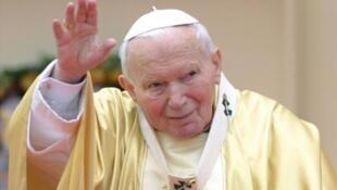 Picha ya zamani ya Papa John Paul II akiwasalimu Wakristo, Mei 26, 2002, baada ya Misa iliyoendeshwa katika eneo la Plovdiv (Bulgaria).