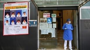 Un paramédico espera en la entrada del hospital Tacuba en Ciudad de México, el 3 de mayo de 2020.