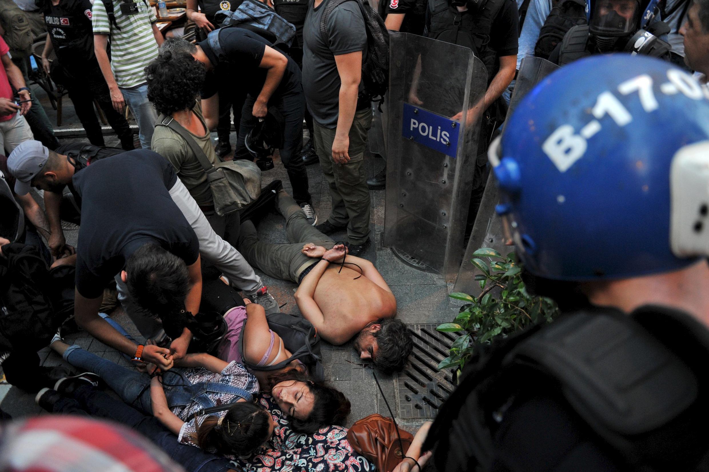 La policía turca realizó el 24 de julio centenares de arrestos en las células islamistas, pero sobre todo arrestó militantes kurdos y  de ultra-izquierda. REUTERS/Yagiz Karahan