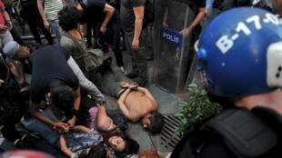 Desde el viernes, la policía turca ha efectuado centenares de arrestos de militantes kurdos y de extrema izquierda.