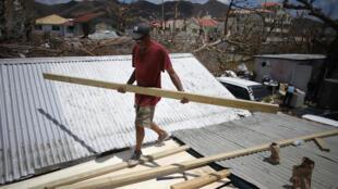 Après le passage de l'ouragan Irma, dans la partie néerlandaise de Saint-Martin, la reconstruction bat son plein (le 17 septembre 2017)
