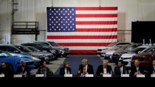 Tổng thống Mỹ Donald Trump nói chuyện với các lãnh đạo công nghiệp xe hơi, tại Michigan, 15/08/2017.