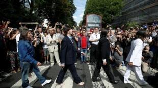 """Fãs reproduzem imagem da capa do disco """"Abbey Road"""", dos Beatles"""