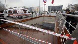 Estação de metrô em Istambul fica fechada por causa de um blecaute de causas desconhecidas na maioria das provícias turcas.