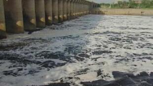 淮河污水翻卷