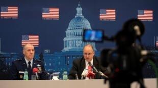 El teniente general Thomas Bussiere y el negociador estadounidense Marshall Billingslea, durante una rueda de prensa tras una reunión sobre desarme con los representantes rusos, el 23 de junio de 2020 en Viena